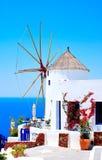 Windmolen in Oia dorp Stock Afbeeldingen