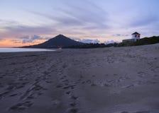 Windmolen op de bovenkant van het strand stock foto