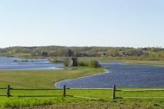 Windmolen op de rivierbank Stock Fotografie