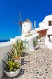 Windmolen op de straten van Oia, santorini, Griekenland, Caldera, Aegea stock fotografie