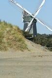 Windmolen op strand stock afbeeldingen