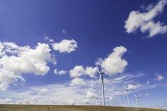 Windmolen op weide royalty-vrije stock afbeelding
