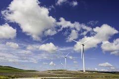 Windmolen op weide royalty-vrije stock fotografie