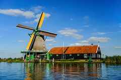 Windmolen op Zaan-rivier in Zaanse Schans royalty-vrije stock afbeeldingen