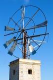 Windmolen tegen blauwe hemel Royalty-vrije Stock Fotografie