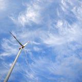Windmolen tegen blauwe hemel met exemplaarruimte Royalty-vrije Stock Fotografie