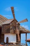 Windmolen tegen de blauwe hemel Royalty-vrije Stock Afbeeldingen