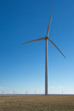 Windmolen tegen diepe blauwe hemel stock afbeelding