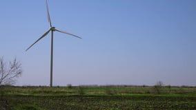Windmolen tegen een blauwe hemel stock video