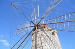 Windmolen voor zout in Sicilië stock afbeelding