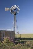 Windmolen, waterpomp en concrete tank in shortgra Stock Foto