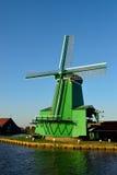 Windmolen in Zaanse Schans, Holland wordt gevestigd dat Stock Fotografie