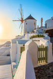 Windmolen in zonsondergang, Oia stad, Santorini Stock Foto's