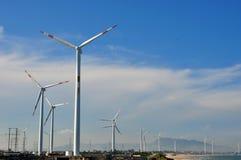 Windmolengenerator in brede werf Royalty-vrije Stock Foto