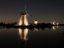 Windmolens bij nacht worden aangestoken die Royalty-vrije Stock Fotografie