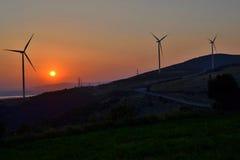 Windmolens bij zonsondergang in Banat (Roemenië) Royalty-vrije Stock Afbeelding