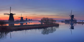 Windmolens bij zonsopgang, Kinderdijk, Nederland Stock Afbeelding