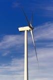 Windmolens in de bovenkant van een montain met blauwe hemel Royalty-vrije Stock Afbeelding