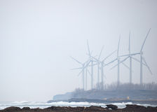 Windmolens in de Mist van de Winter Royalty-vrije Stock Foto