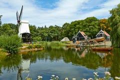 Windmolens dicht bij een meer in Arnhem stock afbeeldingen