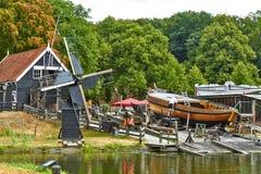 Windmolens dicht bij een meer in Arnhem stock afbeelding