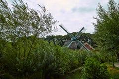 Windmolens dicht bij een meer in Arnhem Nederland Juli royalty-vrije stock afbeeldingen