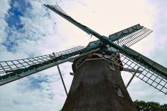 Windmolens dicht bij een meer in Arnhem Nederland Juli stock foto's