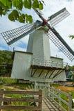 Windmolens dicht bij een meer in Arnhem Nederland Juli stock foto