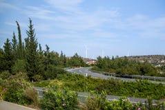 Windmolens dichtbij de weg royalty-vrije stock foto's