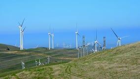 Windmolens die in de wind draaien stock video