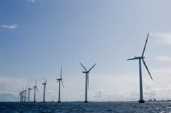 Windmolens in een rij met duidelijke hemel Stock Afbeelding