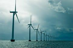 Windmolens in een rij op bewolkt weer Royalty-vrije Stock Fotografie
