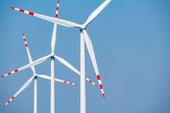 Windmolens en de blauwe hemel Royalty-vrije Stock Afbeeldingen