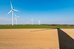 Windmolens en schaduw op het gebied Royalty-vrije Stock Fotografie