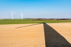 Windmolens en schaduw op het gebied Stock Foto's
