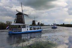 Windmolens en tourboat in Kinderdijk, Holland Royalty-vrije Stock Foto