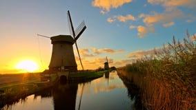Windmolens in het platteland van Nederland bij zonsondergang stock footage