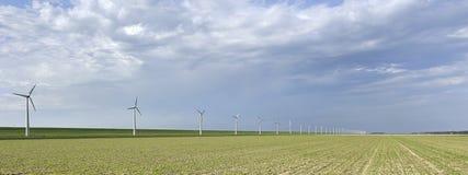 Windmolens langs een dijk Royalty-vrije Stock Foto's