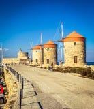 Windmolens in niet operationeel Rhodos, anymore, grote aantrekkelijkheid voor toeristen royalty-vrije stock afbeeldingen