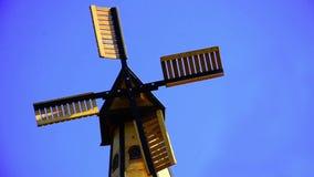 Windmolens op blauwe hemel stock footage