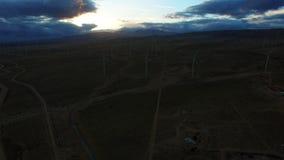 Windmolens op een gebied in de ochtend stock footage