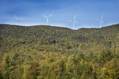 Windmolens op een hoge rand tegen een blauwe hemel, Maine Royalty-vrije Stock Foto