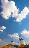 Windmolens van Consuegra in het gebied van La Mancha van centraal Spanje. Stock Afbeelding