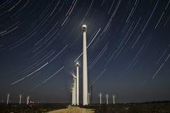 Windmolensinstallaties op het gebied dicht bij Kavarna Bulgarije Stock Fotografie