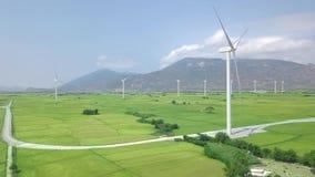 Windmolenturbine op de mening van de de posthommel van de windenergie Alternatieve natuurlijke bron, ecologiebehoud De antenne va stock videobeelden