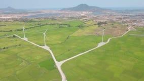 Windmolenturbine op de post van de windenergie Alternatief natuurlijk bron en ecologiebehoud Het luchtlandschap van het windlandb stock footage
