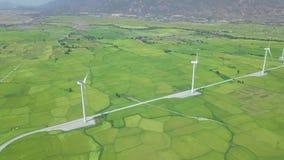 Windmolenturbine op de postsatellietbeeld van de windenergie De hommelmening van windenergieturbogeneratoren Natuurlijk alternati stock video