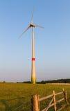 Windmotor op een weide erachter Royalty-vrije Stock Afbeeldingen