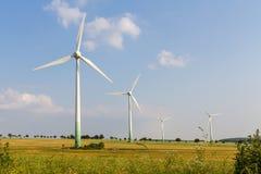 4 windmotoren met wilde weide Stock Foto