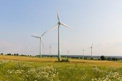 Windmotoren met wilde weide Stock Foto